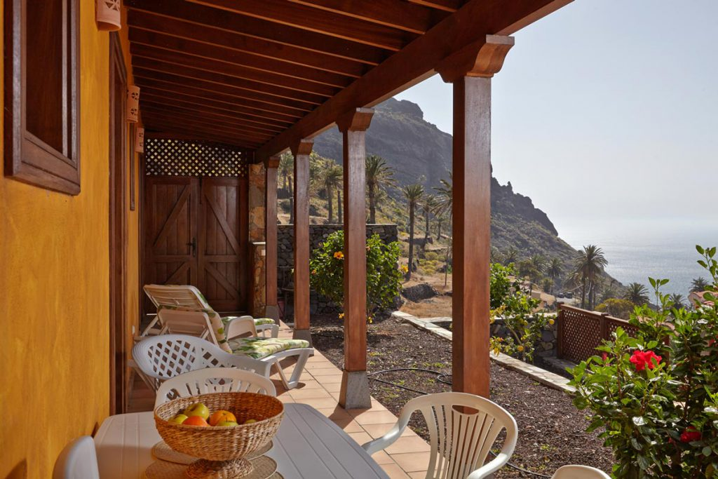 Casa Amarilla (La Gomera, Taguluche) - terrace with view of the sea and palms